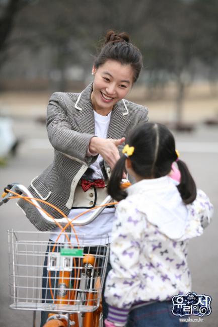 자전거를 타며 즐거운 민주와 슬기