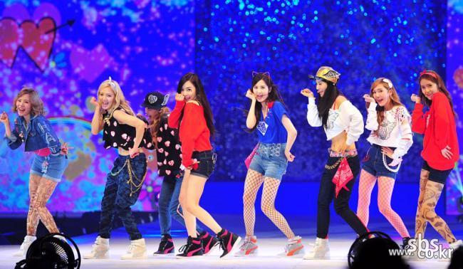 소녀시대-2NE1 패션콘서트 'K-POP 컬렉션 in 싱가포르' 강타!