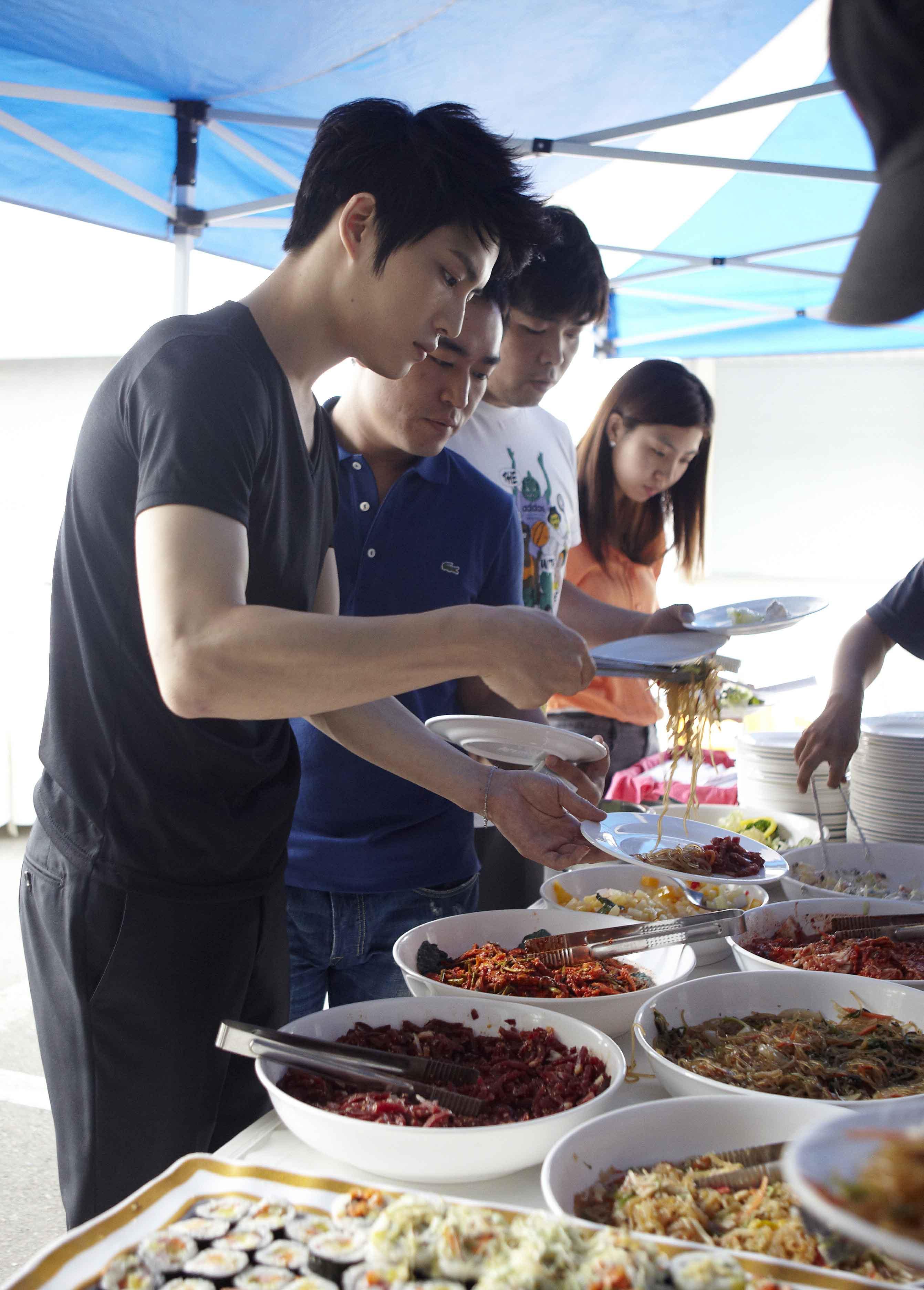 SBS 드라마스페셜 [보스를 지켜라] '김재중 서포터즈, '보스'팀에 100인분 뷔페제공' 썸네일 이미지
