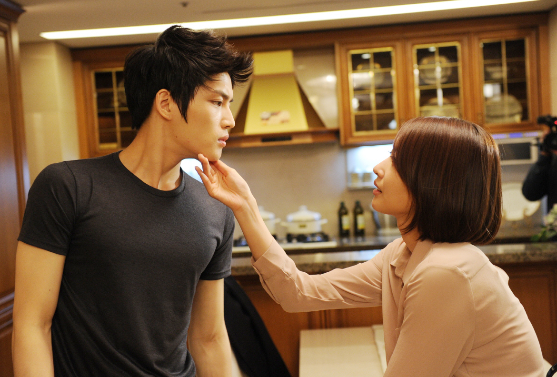 SBS 드라마스페셜 [보스를 지켜라]'김재중과 왕지혜, 우유키스에 이은 폭풍키스 연속으로 선보여' 썸네일 이미지